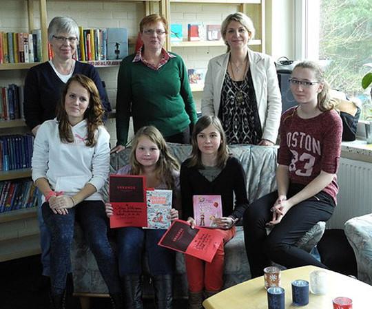 Siegerinnen, Organisatorinnen und die Jury des Lesewettbewerbs an der Wiedau-Schule